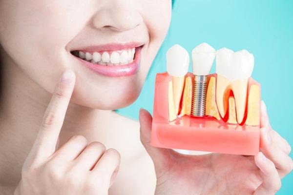 Thực hiện chăm sóc răng miệng theo yêu cầu của bác sĩ
