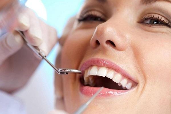 Vệ sinh răng miệng là bước vô cùng cần thiết trước khi trám răng