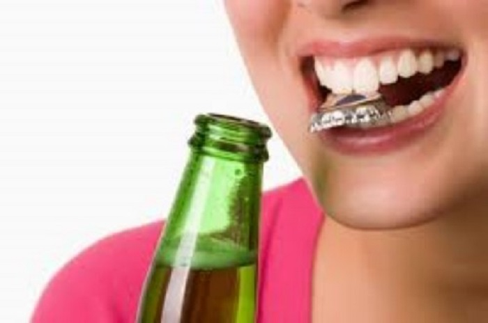 Nhiều thói quen xấu hằng ngày cũng là nguyên nhân làm răng ê buốt.