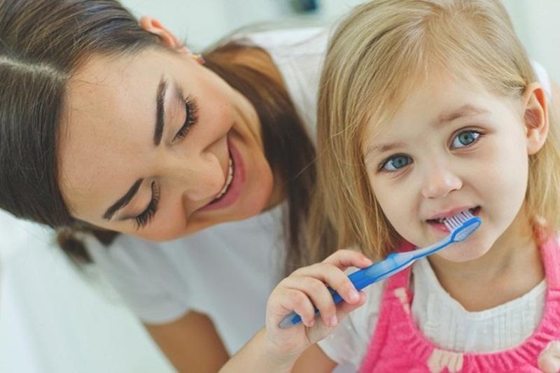 Cách vệ sinh răng miệng chuẩn nha khoa cho bé