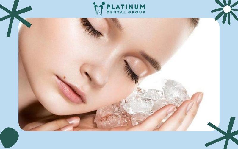 Dùng đá lạnh Massage tay để chữa đau răng